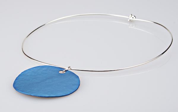 Stylischer Halsreif mit Anhänger Ozeanblau
