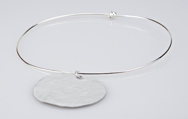 Stylischer Halsreif mit Anhänger Silber